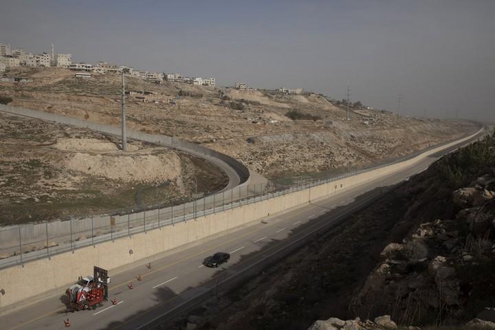 מבט על הצד הישראלי של הכביש. ברקע החומה המקיפה את ענתא ומחנה הפליטים שועפט (אורן זיו / אקטיבסטילס)