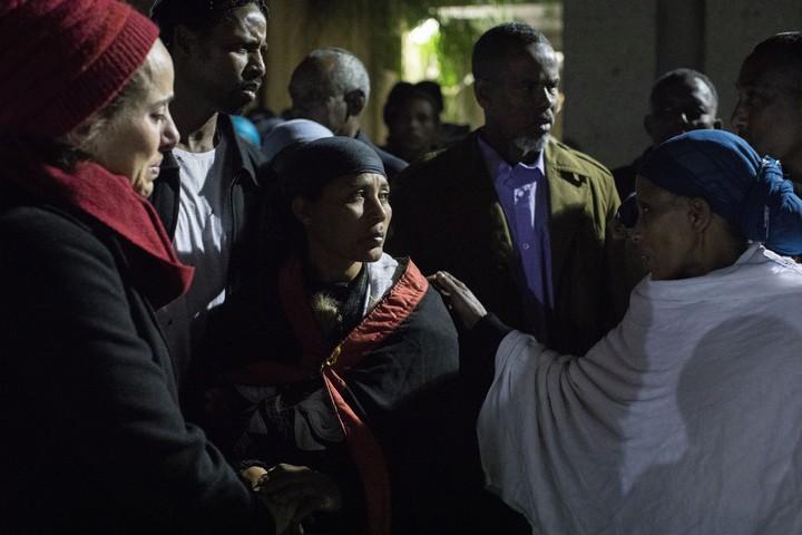 הלוויתו של יהודה ביאדגה שנורה למוות על ידי שוטר. במרכז - אמו של יהודה. 20 בינואר 2019 (אורן זיו)