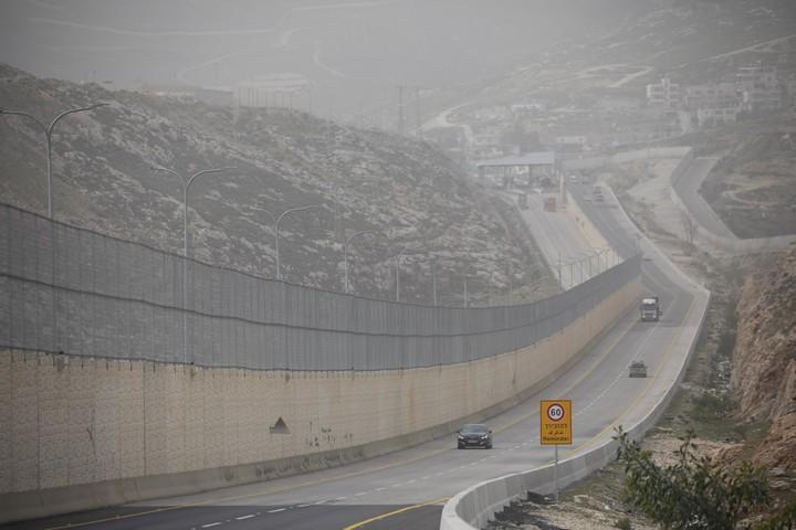 הצד הפלסטיני של כביש 4370. ברקע בצד השני נראה המחסום שבקצה הקטע הישראלי (אורן זיו / אקטיבסטילס)
