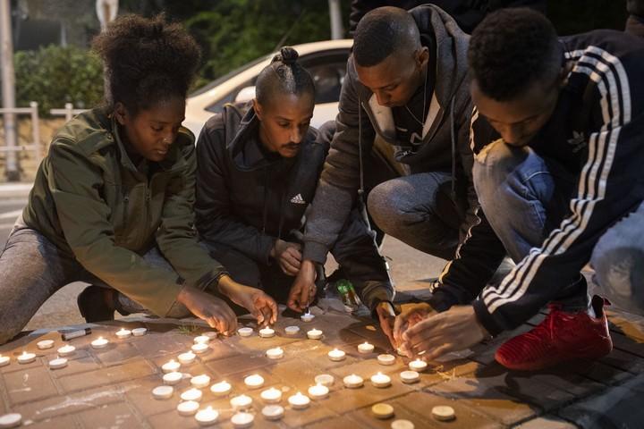 צעירים מדליקים נרות לזכרו של יהודה ביאדגה במקום בו נורה למוות על ידי שוטר. (אורן זיו)