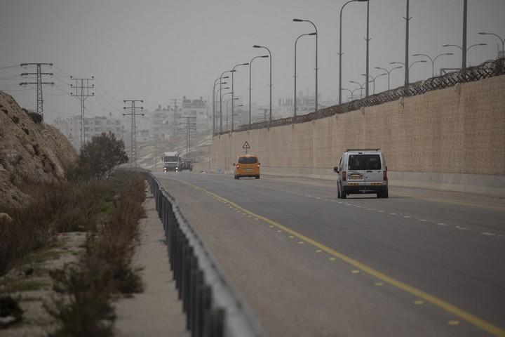 רכבים בצד הפלסטיני של כביש 4370, בקטע הכביש שמקביל לכביש מספר 1. (אורן זיו / אקטיבסטילס)