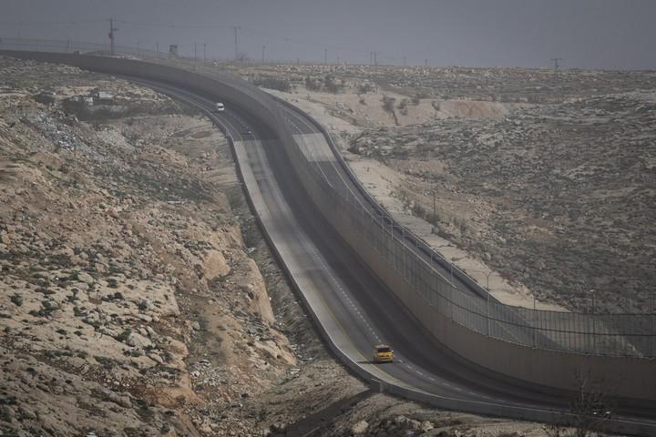 מכוניות משני הצדדים של החומה. כביש 4370 (אורן זיו / אקטיבסטילס)