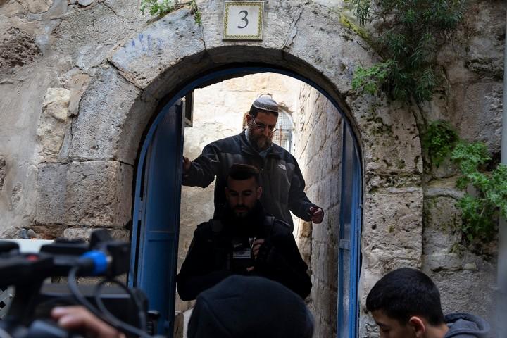 נציגי המתנחלים בודקים את השטח בזמן פינוי המשפחה מביתה. פינוי משפחת אבו סעב מביתה ברובע המוסלמי בעיר העתיקה בירושלים המזרחית. 17 בפברואר 2019 (אקטיבסטילס)