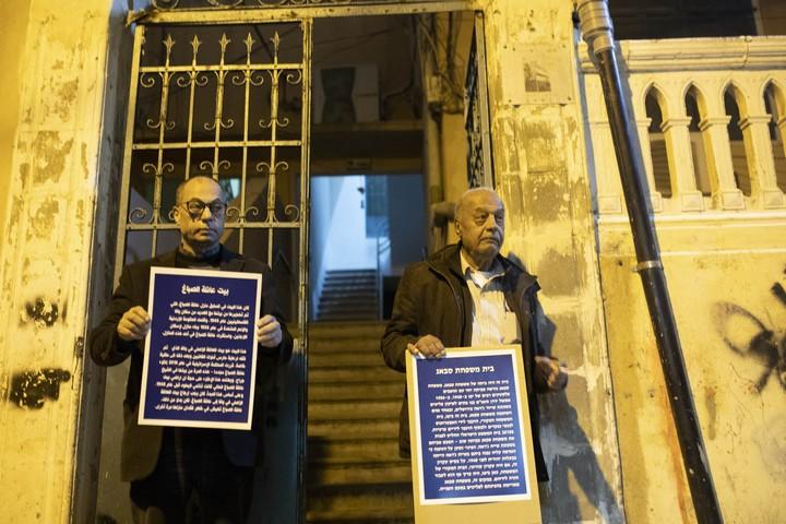 מוחמד סבאג (מימין) בפתח בית המשפחה בשכונת עג'מי ביפו. דיירת יהודיה בבניין גילתה הבנה (צילום: אורן זיו / אקטיבסטילס)