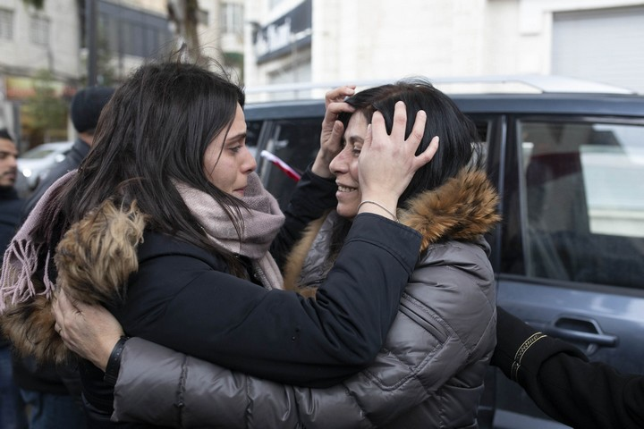 חברת הפרלמנט הפלסטני חאלדה ג'ראר פוגשת את ביתה סוהא אחרי 20 חודשי מעצר מנהלי. 28 בפברואר 2019. (אורן זיו / אקטיבסטילס)