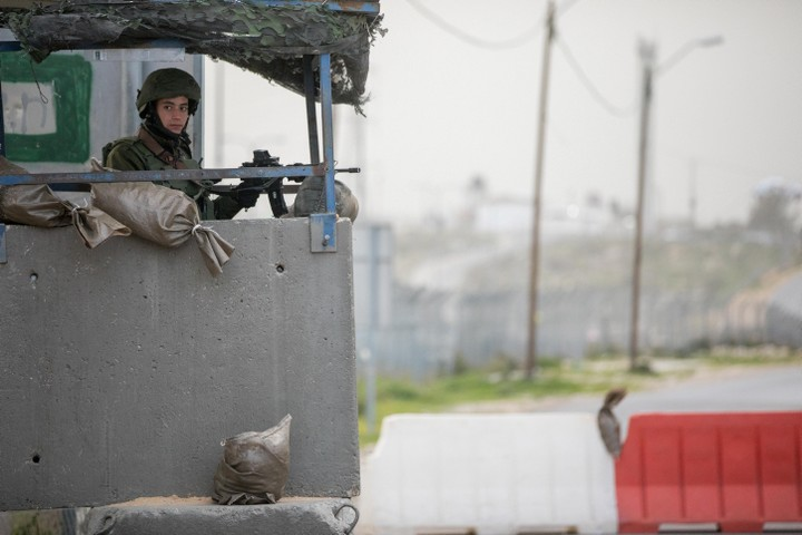 ישראל שיכורת כוח, אבל באותו זמן 42% מהישראלים חוששים שהיא תיחרב. חייל במחסום (צילום: יונתן סינדל / פלאש 90)