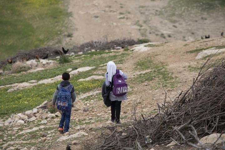 מהמאחזים הלא חוקיות יצאו מתקפות על ילדים פלסטינים. ילדים בדרך לבית הספר (צילום: אורן זיו / אקטיבסטילס)