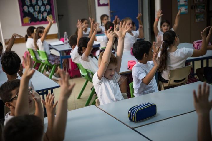 """""""בכל הקשור להתפתחות החברתית והרגשית, """"הכיתה"""" האחידה לאורך כל מסלול הלימודים, מבטלת את העצמי של הילדים"""". תלמידים במערכת החינוך בישראל. אילוסטרציה. (הדס פרוש / פלאש 90)"""