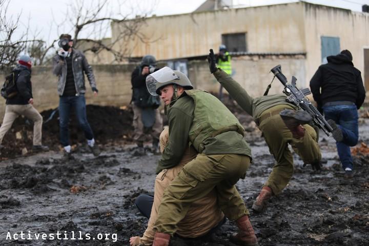 חיילים ישראלים עוצרים מפגין בכפר קדום. ההפגנות לא מפסיקות (צילום: אקטיבסטילס)