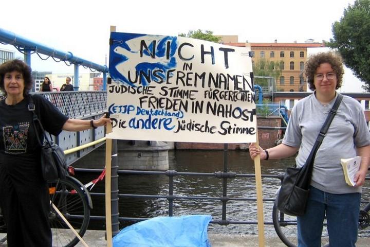 """הפעם הראשונה מאז הופל השלטון הנאצי שבה נסגר חשבון בנק בגרמניה לארגון יהודי. פעילות בארגון הגרמני-יהודי """"קול יהודי לשלום צודק במזרח התיכון"""" (הצילום באדיבות הארגון)"""