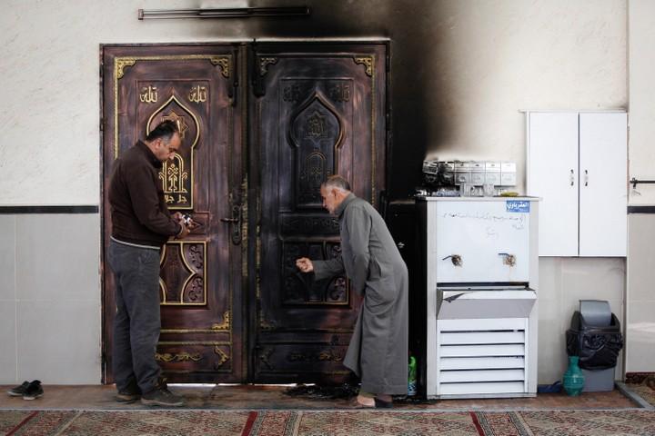 לפעמים המתנחלים פוגעים בחקלאות, לפעמים במסגד, לפעמים באנשים. מסגד שהוצת בכפר עקרבה (צילום: נאסר שתאיה / פלאש 90)