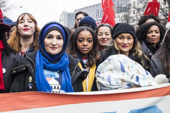 """""""מצעד הנשים"""" הפך לכל מה שהוא שמאל באמריקה. לינדה סרסור, טמיקה מאלורי וכרמן פרז (שנייה, שלישית ורביעית משמאל) ב""""מצעד הנשים"""" בינואר השנה (צילום: קישה ברי)"""