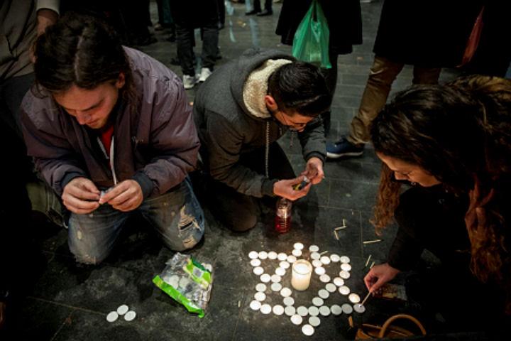 צעירים מדליקים נרות לזכרה של אורי אנסבכר בכיכר ציון בירושלים, 9.2.2019 (יונתן זינדל/ פלאש 90)