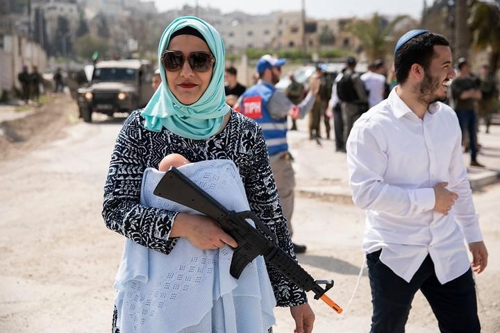 ועוד קצת נשק. אבל ככה היא חושבת שנראית ערביה. מתנחלת בפורים 2019, חברון. (אורן זיו)