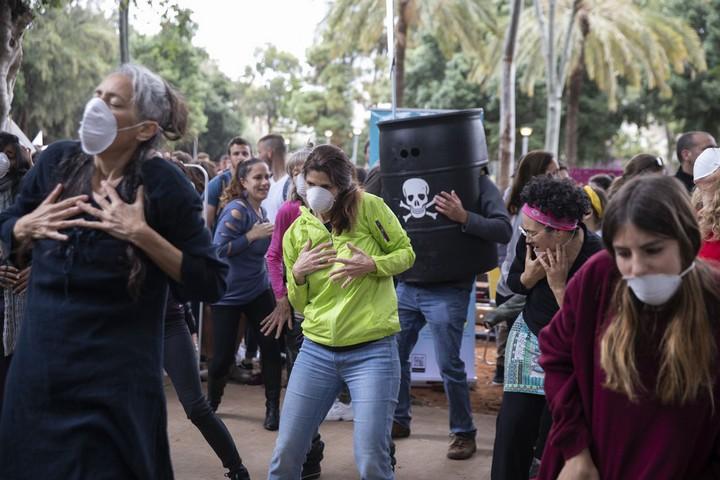 """""""אנחנו דור ה-Z יכולים להשפיע, אם רק יתנו לנו את הכוח ואת האפשרות"""". מפגינים ב""""צעדת האקלים"""" היום בתל אביב (צילומים: אורן זיו / אקטיבסטילס)"""