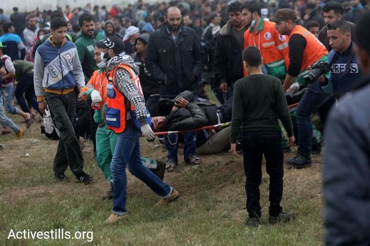 פצוע מפונה במהלך צעדות השיבה בעזה. יום האדמה ה-43. 30 במרץ 2019. (מוחמד זאנון / אקטיבסטילס)