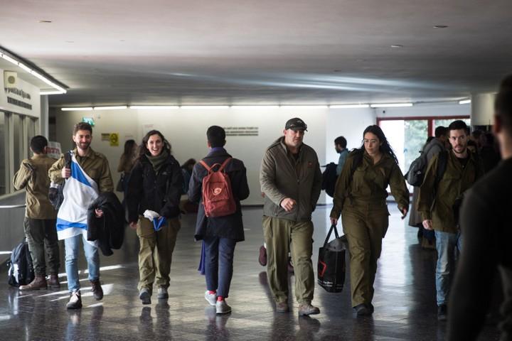אם חיילים לא מרגישים בנוח במדים בקמפוס, שיילכו להחליף בגדים. סטודנטים במדים במחאה נגד דר קרולה הילפריך (צילום: הדס פרוש / פלאש 90)