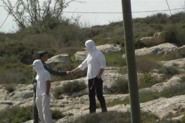 """""""תעשה טובה אח שלי, חכה שנייה"""". זה המקסימום שמתנחלים ישמעו מחיילים. מתנחל וחייל בגדה המערבית (צילום: גיא בוטביה)"""