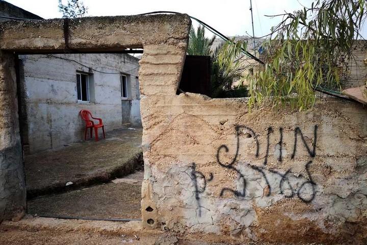 """כפרים נמצאים תחת מתקפה מתמדת. כתובת """"מוות לערבים"""" בכפר אל-מוע'ייר (צילום: איאד חדאד, בצלם)"""