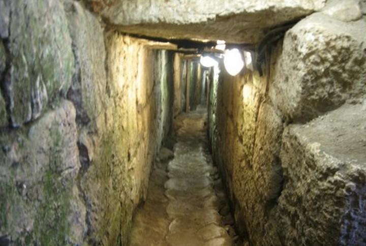 התיירים עוברים עכשיו מתחת לסילוואן במנהרות, עכשיו הם יעברו מעליה ברכבל. אחת המנהרות המשמשות לתיירות בסילוואן (צילום: עמק שווה)