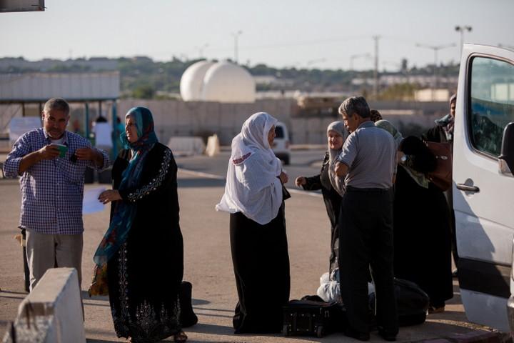 פלסטינים בדרכם חזרה לעזה במעבר ארז. (צילום: יונתן זינדל / פלאש 90)
