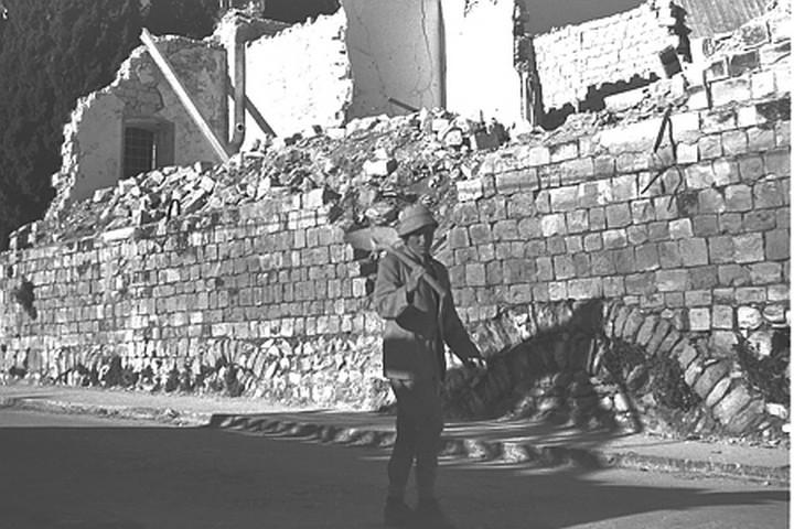 """הביזה של הרכוש הפלסטיני התחילה מלמטה, אבל מהר מאוד הפכה ממוסדת. חייל בצפת אחרי הכיבוש (צילום: זולטן קלוגר / לע""""מ)"""