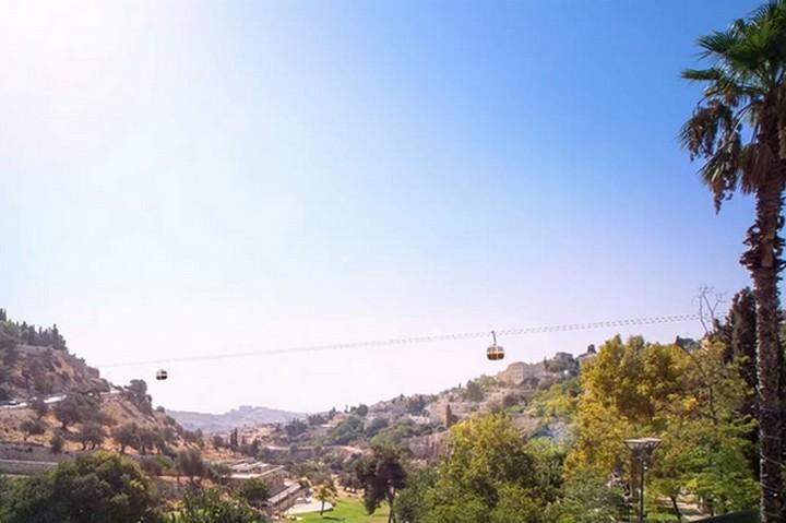 """בחברה להגנת הטבע קוראים לו """"מעשה ברוטלי וגס רוח"""". הדמיה של הרכבל לעיר העתיקה בירושלים (מתוך מצגת הרל""""י)"""