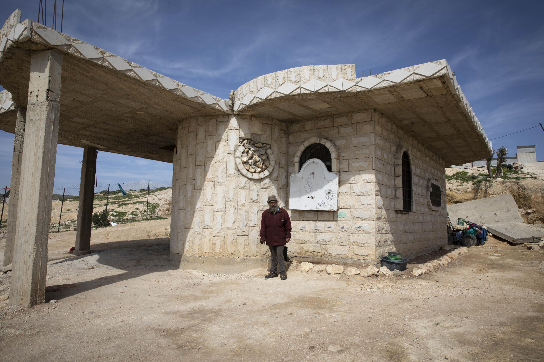 מוניר סולימאן מחוץ לביתו, שמוגן ברמצעות המועצה המקומית (אורן זיו/ אקטיבסטילס)