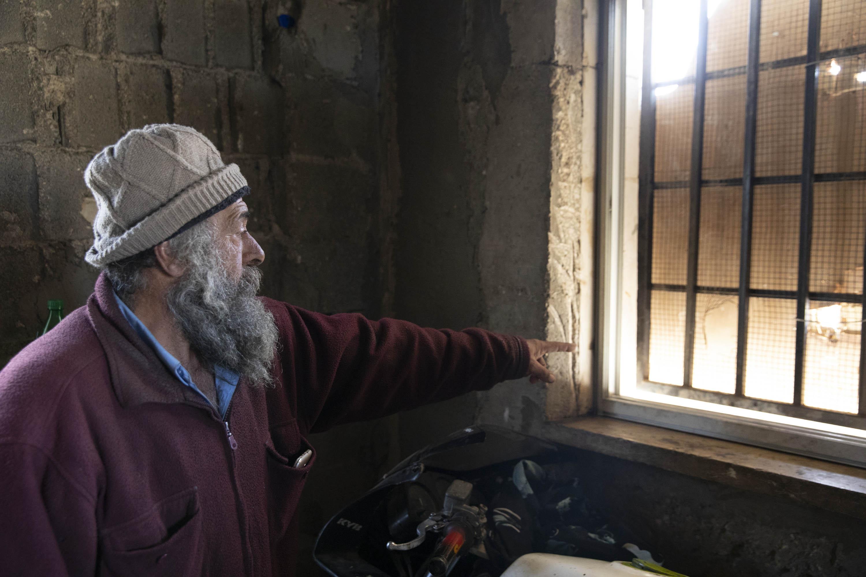 ״הם יעשו הכל כדי למנוע ממני להרוויח שקל״. מוניר סולימאן מצביע על חלונו הממוגן (אורן זיו/ אקטיבסטילס)