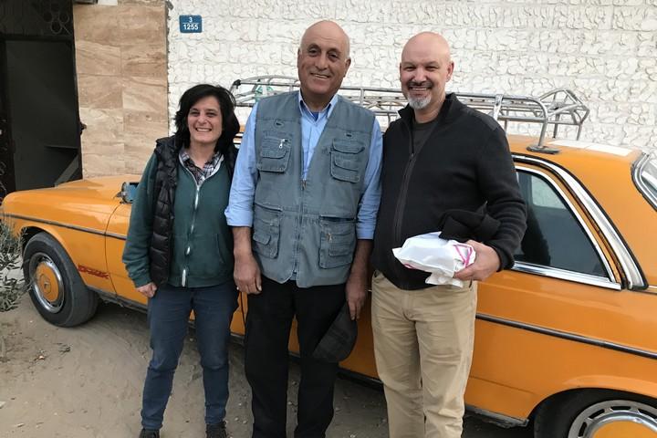 זיכרונות תחת אש. ג'ן, מוניר וג'ון (משמאל לימין) ליד המונית בעזה (צילום באדיבות ג'ן מרלו)