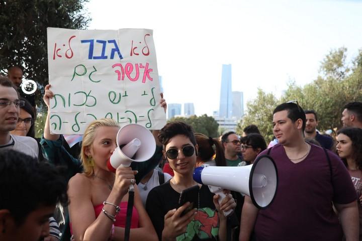 אושר בנד, נערה טרנסית שחוותה בריונות בבית הספר על רקע מגדרי, מובילה הפגנה מול משרד החינוך (אורן זיו)