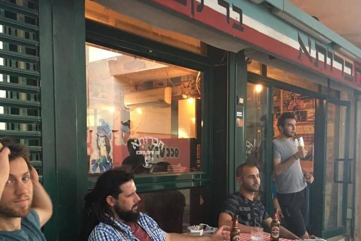 פעילי השמאל בצפון העדיפו לשתות קפה במקום אחר. לקוחות בקפה חברותא בקרית שמונה (צילום: קואופרטיב חברותא)