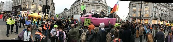 סירה ורודה הוצבה בלב כיכר אוקספורד כחלק משורת פעולות מחאה ששיתקו את לונדון למשך שבוע. (צילום: Steve Bowbrick, פליקר, CC BY 2.0)