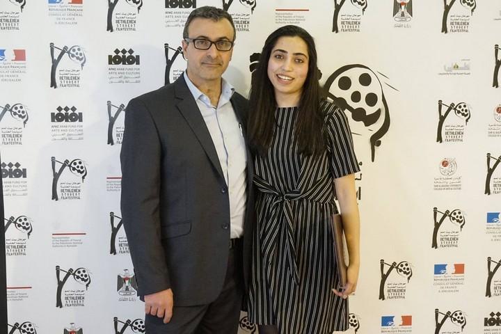 הסטודנטית שיימא עוואודה יחד עם ראש החוג לקולנוע סאאיד אנדוני. (באדיבות פסטיבל הקולנוע הבינלאומי לסטודנטים בבית לחם, מכללת דאר אלכלמה)