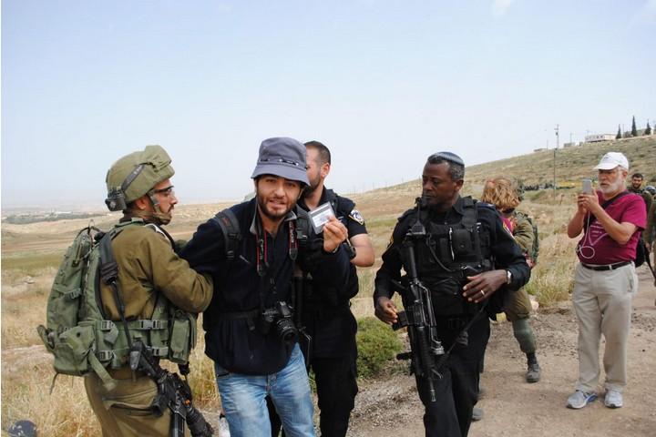 """""""אמרתי לחייל באנגלית ובערבית שאני חייל. הוא לא הקשיב"""". אחד אלבאז בזמן מעצרו בדרום הר חברון (צילום: סם פיין)"""