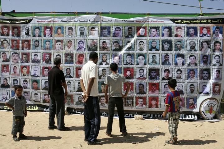 מ-2007 עד 2012, נאסר לחלוטין על ביקורי משפחות אצל אסירים תושבי עזה. כרזת רחוב בעזה בתמיכה בשביתת האסירים (צילום: עבד רחים ח'טיב / פלאש 90),