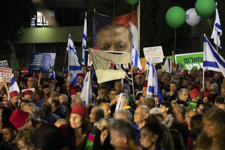רבבות המפגינים מילאו את רחבת מוזיאון תל אביב והרחובות הסמוכים (אורן זיו)