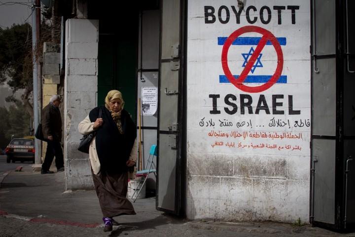 גרמניה וישראל משדרות לפלסטינים: אנחנו נגד מאבק לא-אלים. כרזה בעד BDS ברמאללה (צילום: מרים אלסטר / פלאש 90)