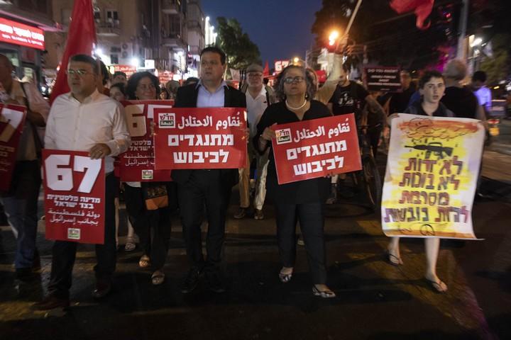 קריאות להסיר את המצור על עזה ולהחרים את האירווייון. המפגינים הערב בתל אביב (צילומים: אורן זיו / אקטטיבסטילס)