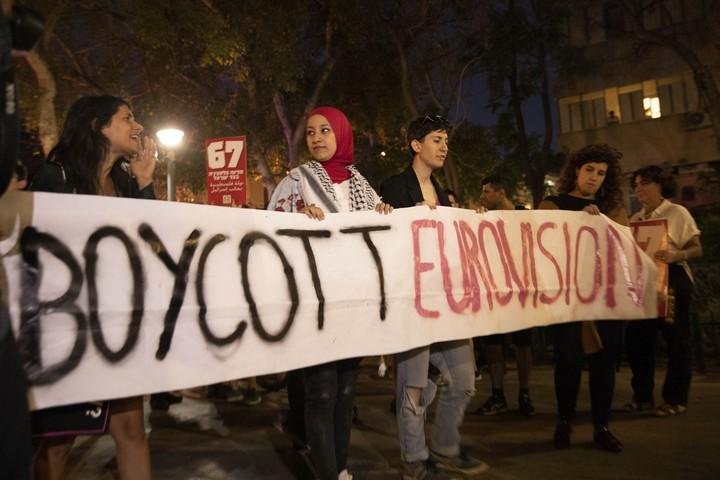 """""""אנחנו מעיזים לחלום על סיום האפטהייד"""". מפגינים בתל אביב בציון שנה להרג 64 המפגינים בעזה (צילום: אורן זיו / אקטיבסטילס)"""