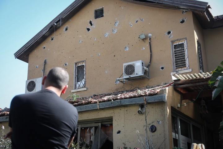 חצר ביתו של משה אגדי בן ה-58 בה נהרג מפגיעת טיל שנורה מעזה. אשקלון (נועם רבקין פנטון / פלאש 90)