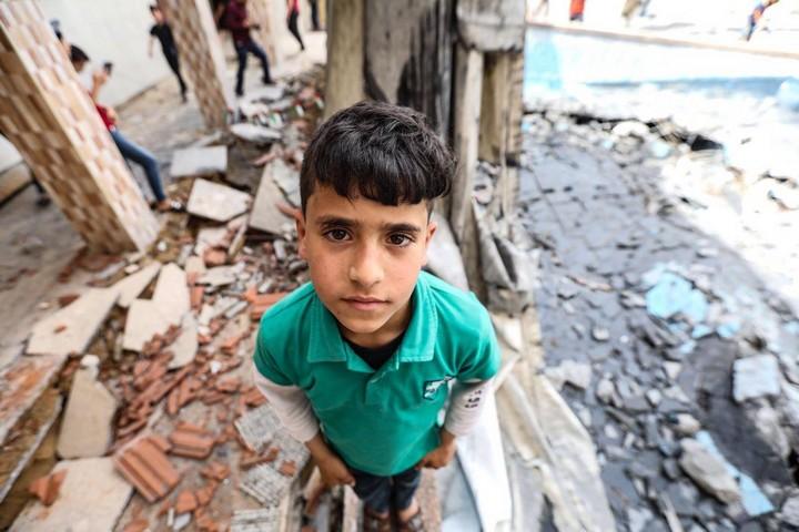 """""""אני כבר מעדיפה מלחמה, אולי יהיה פתרון לג'ונגל של עזה"""". ילד בעזה בין ההריסות אחרי ההפצצות של ישראל (צילום: מוחמד זאנון / אקטיבסטילס)"""