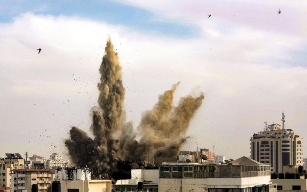 במקום אחד שומעים את הטילים של הצבא הישראלי, במקום שני את הרקטות של חמאס. הפצצה בעזה בתחילת השבוע (צילום: מוחמד זענון / אקטיבסטילס)