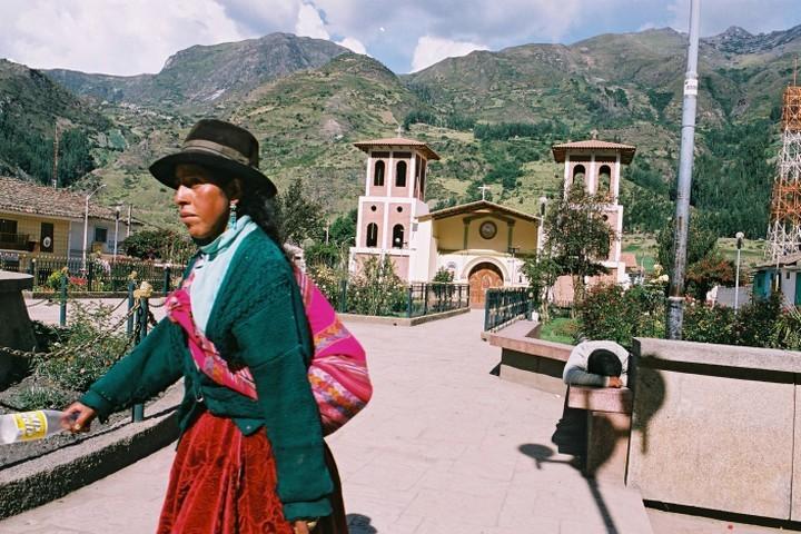 55 עמים, 47 שפות, המגוון העצום של פרו. פרואנית ילידית ליד הרי ווארז (צילום: יוסי זמיר / פלאש 90)