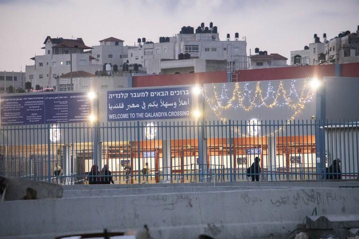 המחסום ששופץ לאחרונה קושט באורות וברכות לרמאדן