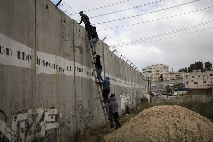 תמורת כמה עשרות שקלים, צעירים שלא קיבלו אישור להיכנס טיפסו על סולם שהונח על חומת ההפרדה בא-ראם