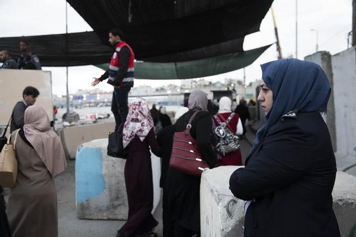 שוטרים של הרשות הפלסטינית, בלי נשק, עזרו לעוברים במחסום