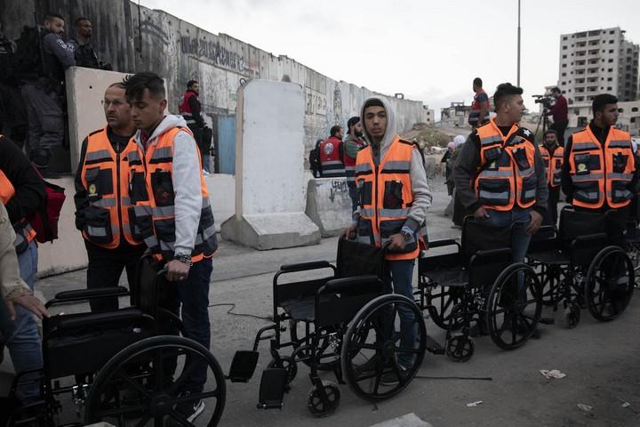 פרמדיקים המתינו עם כסאות גלגלים למי שיתקשה לעבור את המחסום