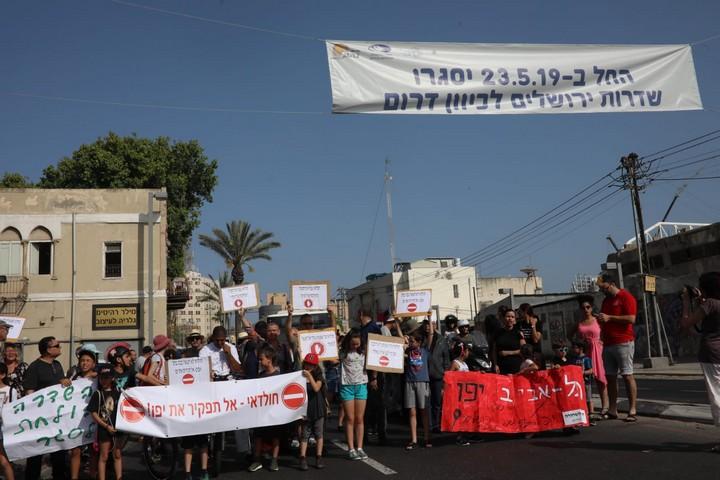 עשרות מפגינים חוסמים את צומת שלבים במחאה על עבודות הרכבת הקלה במרכז יפו (אורן זיו)