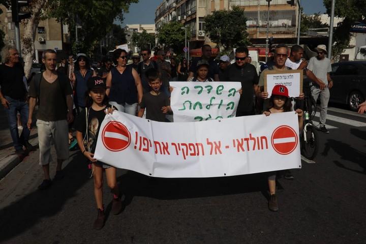 המפגינים צועדים במחאה על סגירות שדרות ירושלים ביפו לתנועת כלי רכב לכל הכיוונים, בלי תיאום עם התושבים (אורן זיו)